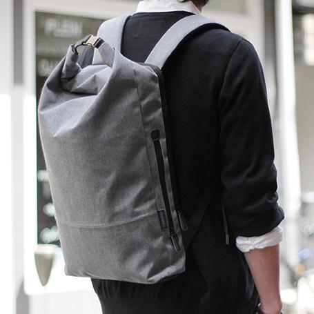 都会的なデザインとワイルドなテクスチャの組み合わせがクールなバッグ