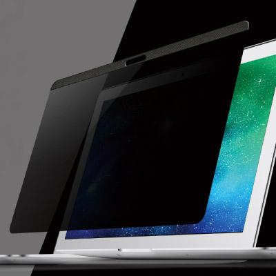 ノゾキ見されるのヤダなァ〜、怖いな〜、という皆さん、MacBook用のプライバシーフィルムがあるんですよ