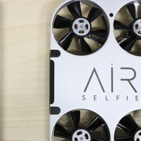 ポケットに入る自撮り用ドローン「AirSelfie」でセルフィー!