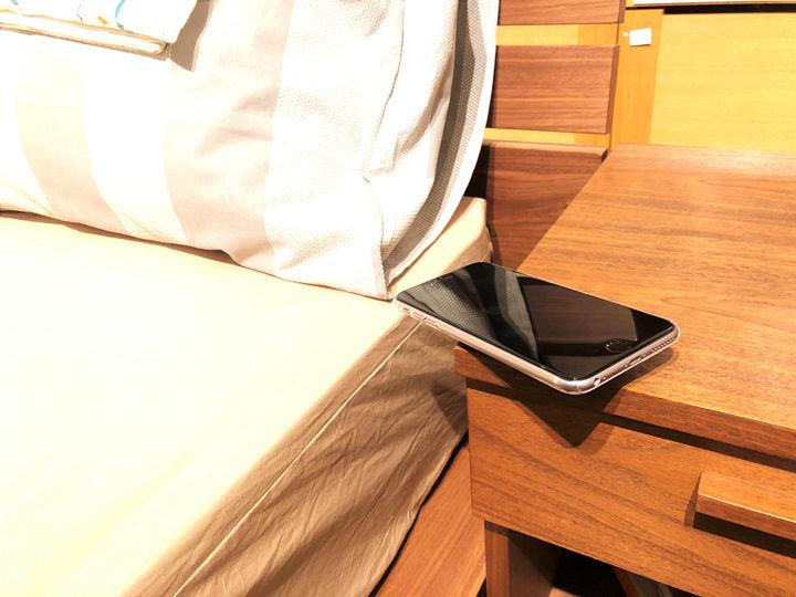b2bd18bf08 筆者はiPhoneにアラームを設定して目覚まし時計代わりに使っている。  ベッドサイドに置いているのだが、アラームが鳴ると同時にバイブレーションで震える設定にして ...