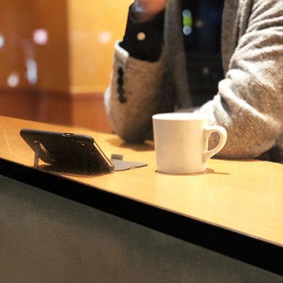 どこでも横画面で動画を楽しめる。スリムなスタンド付き手帳型ケース「Kick Folio for iPhone X」[PR]