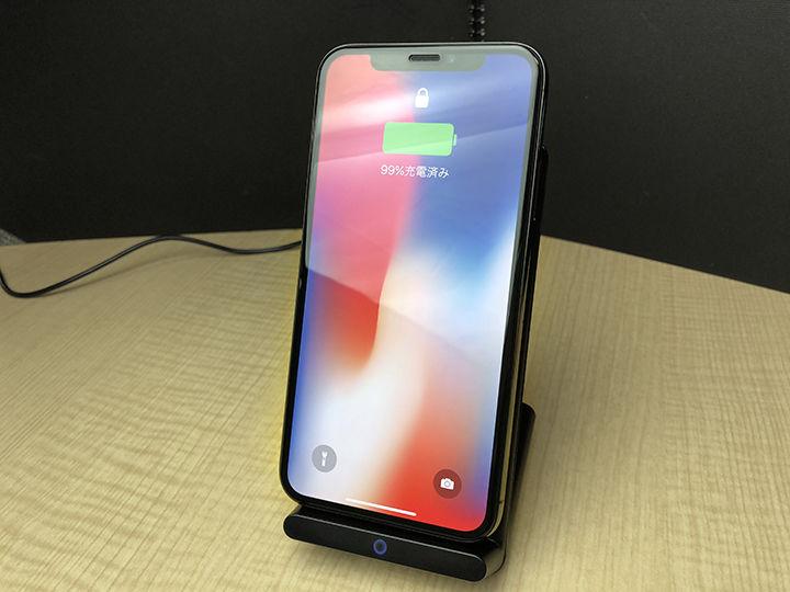10de7892d2 iPhone XやiPhone 8/8 PlusなどのQi規格ワイヤレス充電に対応した端末をスタンドに置くだけで充電が開始されます。