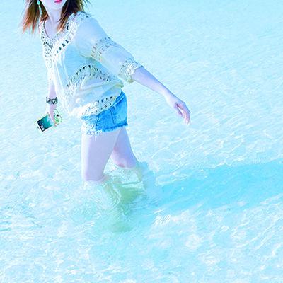 海やプールでiPhoneって使えるの?水に強い完全防水ケースが心強い。